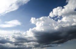 De mening met donkere rainbetrekt coveringzonnige hemel Royalty-vrije Stock Foto