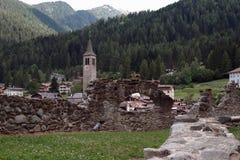 De mening over Cusiano Oud kasteel Italië Stock Foto's
