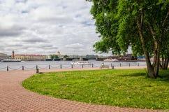 De mening over de de Neva-rivier, de Oude Beurs en Dvortsovy-brug van de muren van Peter en van Paul vesting Royalty-vrije Stock Foto's