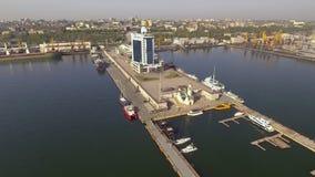 De mening over de Haven van Odessa en het hotel van Odessa, de OEKRAÏNE stock videobeelden