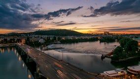 De Mening over de Heuvel Petrin van Praag timelapse met de Molensdag van de Uil aan nacht met mooie kleurrijke hemel, Tsjechische stock video