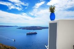 De mening over Egeïsch overzees en cruiseschip stock afbeeldingen