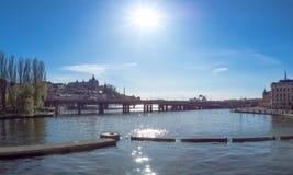De mening over het water tussen Oude Stad en de Zuidendelen van Stockholm een zonnige dag kan binnen Royalty-vrije Stock Foto's