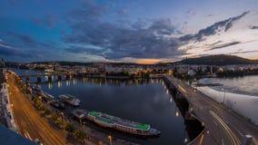De Mening over Ltava-rivier en de dag van de Heuvelpetrin van Praag timelapse aan nacht met mooie kleurrijke hemel, Tsjechische R stock video