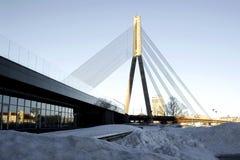 De mening over de stadsbrug van de kant van de rivier royalty-vrije stock afbeelding