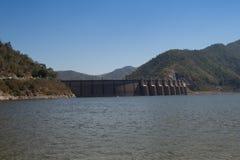 De mening van achter Bhumibol-Dam in Tak-provincie Royalty-vrije Stock Foto's
