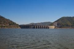 De mening van achter Bhumibol-Dam in Tak-provincie Royalty-vrije Stock Foto