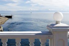 De mening van achter de witte omheining op de bron van de Angara-Rivier die van Meer Baikal stromen Royalty-vrije Stock Foto's