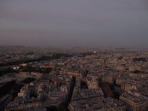 De mening van avondparijs van de toren van Eiffel stock foto's