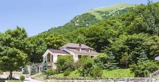 De mening van de berg Besh en het panorama van de valleien van Elbrus-gebied op het hoogste punt van Tau van bergbesh E royalty-vrije stock foto