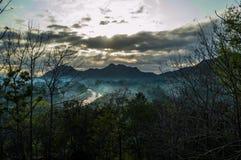 De mening van de berg in de ochtend wordt gezien onder de hiaten van de bomen royalty-vrije stock foto