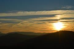De mening van de bergen bij zonsondergang stock fotografie