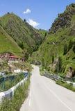 De mening van de bergen Elbrusuitlopers van het mooie landschap Van de Russische Federatie Stock Foto's