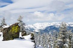 De Mening van bergen van de piek bij meer Tahoe in wint royalty-vrije stock foto's