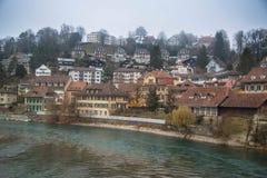 De mening van Bern van Aare-rivier zwitserland stock afbeelding