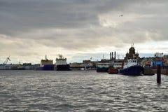 De mening van de Blagoveshchensky-brug aan de sleepboten, icebreake stock foto