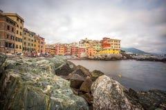 De mening van Boccadasse in Genoa Genova-kwart, kijkt als een klein die dorp door een stad wordt omringd Italië stock fotografie