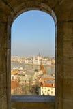 De mening van Boedapest van een kasteelvenster Stock Fotografie
