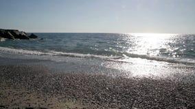 De mening van Calabrië, Italië van verlaten strand met hemel en wolken stock footage