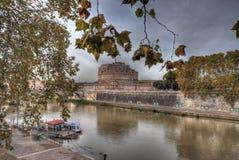 De mening van Castel Sant ' Angelo van de overkant van Tiber-rivier (Rome Stock Foto
