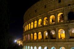 De mening van de Colosseumnacht, het oriëntatiepunt van Rome, Italië royalty-vrije stock foto's