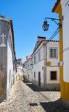 De mening van comfortabele smalle straat van Evora portugal Stock Foto's