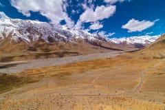 De Mening van de Curvyweg van de Vallei van Kee Monastery - Spiti-, Himachal Pradesh, India/het Middenland/de Koude Woestijn royalty-vrije stock afbeelding