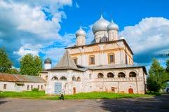 De mening van de architectuurvoorgevel van oude Russische kathedraal van Onze Dame van het Teken in Veliky Novgorod, Rusland Royalty-vrije Stock Fotografie