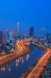 De mening van de Arialnacht in Vo Van Kiet Highway in Ho Chi Minh-stad Stock Afbeeldingen