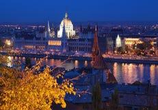 De mening van de avond over Donau en het Parlement in Boedapest Stock Afbeelding