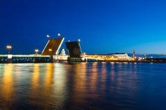 De mening van de avond van de Brug van het Paleis, st. Petersburg Royalty-vrije Stock Afbeeldingen