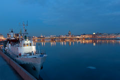 De mening van de avond van de rivier Neva aan St. Isaac Kathedraal Royalty-vrije Stock Fotografie