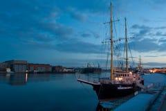 De mening van de avond van de rivier Neva op een achtergrond van jachten Royalty-vrije Stock Foto