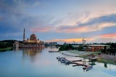 De mening van de avond van Putrajaya Meer, Maleisië Royalty-vrije Stock Afbeelding