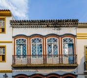 De mening van de balkonstraat van de koloniale bouw - Sao Joao Del Rei, Minas Gerais, Brazilië stock afbeelding