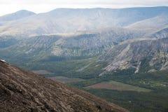 De mening van de berg met ontbossingsopen plekken Stock Foto's