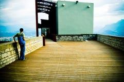 De mening van de berg van een hoog platform Royalty-vrije Stock Fotografie