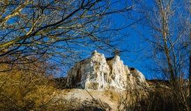 De mening van de bergenrots met blauwe hemel royalty-vrije stock afbeelding