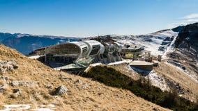 De mening van de bergpost van kabelbaan Malcesine - Monte Baldo, Italië Stock Foto's