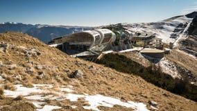 De mening van de bergpost van kabelbaan Malcesine - Monte Baldo, Italië Stock Fotografie