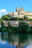 De mening van de Bezierskathedraal van Pont Vieux Languedoc Frankrijk Stock Afbeeldingen