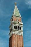 De mening van de bovenkant van St merkt Campanile in Venetië, Italië Stock Foto