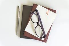 De mening van de bureaudesktop met oogglazen en boek Royalty-vrije Stock Fotografie