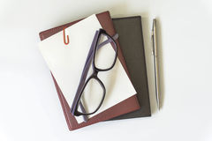 De mening van de bureaudesktop met oogglazen en boek Stock Afbeelding