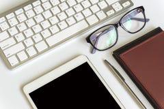 De mening van de bureaudesktop met smartphones Royalty-vrije Stock Afbeelding