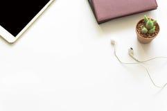 De mening van de bureaudesktop met smartphones Stock Fotografie