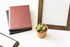 De mening van de bureaudesktop met smartphones Royalty-vrije Stock Afbeeldingen