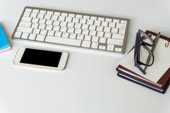 De mening van de bureaudesktop met smartphones Royalty-vrije Stock Fotografie
