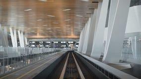 De mening van de cabine op vluchtenmetro Ongelooflijk grote en ruime post voor passagiers Zeer hoog plafond binnen stock footage