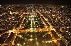 De mening van de Champ de Marsnacht van de Toren van Eiffel parijs Stock Fotografie